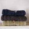 en strikket babytrøje